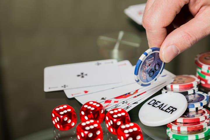 Button poker straddle